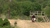 wyscigi : Dirt bike riders practicing their skills.