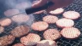 grelhado : Flipping burgers on the grill.