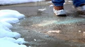fúria : Spreading salt on an icy sidewalk.