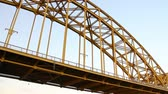 ponte : A steel arch bridge spanning the Allegheny River in Pittsburgh, Pennsylvania.