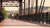 j��zda na kole : A young couple bike and sightsee on the bike trails on Washingtons Landing, an island on the Allegheny River near Pittsburgh, Pennsylvania. Dostupné videozáznamy