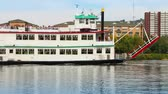 apartamentos : A river boat travels past condos on the North Shore of Pittsburgh, PA. Stock Footage