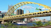 pontes : A riverboat passes under the Fort Pitt Bridge in Pittsburgh, PA.