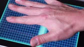 индикатор : An animated hand scanner screen.