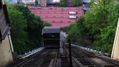 stráň : The Monongahela Incline rises to the top of Mount Washington.