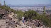 irmãs : A young couple walk through the desert atop of South Mountain in Phoenix.
