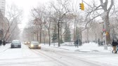nevando : New Yorkers brave the cold and snow in Manhattan. Stock Footage