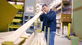 reparador : A man picks out lumber at a big box hardware store. Stock Footage