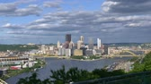 точка зрения : An establishing shot of the city of Pittsburgh as seen from the West End Overlook.