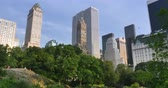 apartamentos :  An late afternoon establishing shot of the buildings surrounding Central Park in Manhattan.