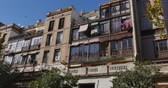 çamaşırhane :  A generic Spanish-style residential building establishing shot. Stok Video