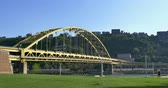 stráň : An establishing shot of the Fort Pitt Bridge over the Monongahela River in Pittsburgh, PA.