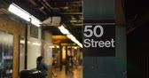 коммутирующих : An establishing shot of the 50th Street subway platform in Manhattan.