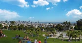 stráň : SAN FRANCISCO, CA - Circa October, 2016 - A tilt shift establishing shot of Mission Dolores Park with the San Francisco skyline in the distance. Dostupné videozáznamy