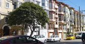 misja : An establishing shot of typical San Francisco homes or apartment buildings.