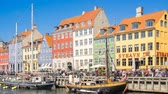 Nyhavn waterfront landmark with crowd of people in Copenhagen, Denmark, timelapse Vidéos Libres De Droits