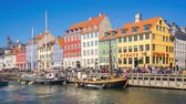 copenhague : Nyhavn in Copenhagen city, Denmark people are travelling in Copenhagen Time lapse 4K