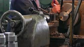 perfurar : Lathe Operator process Parts of Metal ; Processing of metal parts on the lathe machine