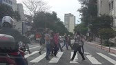 Бразилия : Sao Paulo - People Crossing The Road On A Signal - Front Angle