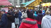 espíritos : People In Jackets Walking In Christmas Market - Static - Slow Motion