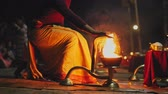 imádkozik : Hindu priest perform sacred pray rite with flame on Pashupatinath Aarti Puja