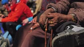 imádkozik : Hands of aged nepali man hold prayer mala, counting beads at meditation, Nepal