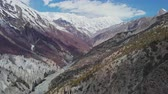 plazit se : Red pagoda roof, stunning mountain valley, snowy Tilicho Peak at horizon, Nepal Dostupné videozáznamy