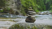 řev : Stack of rocks, Stone Troll, with forest and mountain river at background Dostupné videozáznamy