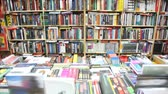 regał : books on bookshelves and shopboard in bookshop, vertical panning Wideo