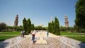 абориген : tourists and aborigines walks in park of Muscat - capital of Oman