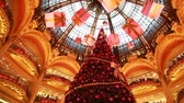 nézett : PARIS - DECEMBER 30: Christmas tree in department Galeries Lafayette Company, view from below, December 30, 2009, Paris, France. Galeries Lafayette is most visited building in Paris after Eiffel Tower Stock mozgókép