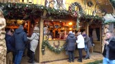 уличный фонарь : Hannover, Germany - December 01, 2017: Christmas Market in the Old Town of Hannover, Lower Saxony Стоковые видеозаписи