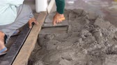 gesso : worker distributes the mass of cement with trowel on the concrete floor. Vídeos