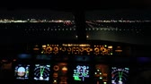 кокпит : Airplane flight deck lining up with runway at night Aircraft cockpit dashboard with multiple lights and radar turning slowly and lining up with runway lights in preparation for take off.