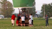 zeplin : 4K UHD - 60fps or 30fps - Hot air balloon discussing around basket at dawn Stok Video