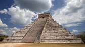 chichen : El Castillo (The Kukulkan Temple) of Chichen Itza, mayan pyramid in Yucatan, Mexico Stock Footage