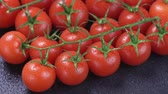 производить : Ripe cherry tomatoes rotating