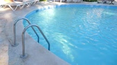 luxus hotel : Haltegriffleiter im Swimmingpool am Pool Stock Footage
