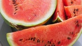 melão : Ripe red watermelon on plate rotate Stock Footage