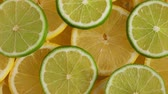 cítrico : Lemon slices with one cut lime slice closeup, macro food summer background