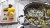 colher : Boiling and cooking artichokes in saucepan