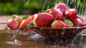 chantilly : Strawberries on wooden board being sprayed with water. Super slow shot Vídeos