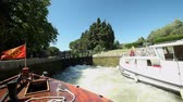 túmulo : CANAL DU MIDI, FRANCE - JUNE 22: Boats in lock on June 22, 2013 on the Canal du Midi, France. The UNESCO listed canal was built in 17th century stretching from Toulouse to Bezier. Stock Footage