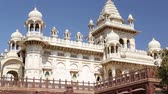 esculpida : View on fronts of Jaswant Thada temple from outdoor garden. Vídeos
