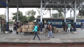 замедленный : AMRITSAR, INDIA - 2 MARCH 2015: People at the train station in Amritsar.