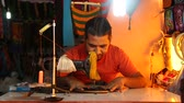 сшивание : GOA, INDIA - 25 JANUARY 2015: Indian man sewing using sewing machine in workshop.