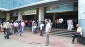 замедленный : MUMBAI, INDIA - 8 JANUARY 2015: People in front of the entrance to the train station office in Mumbai.