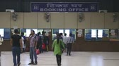 замедленный : MUMBAI, INDIA - 8 JANUARY 2015: People at the booking office of train station in Mumbai.