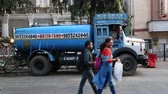 poskytování : MUMBAI, INDIA - 17 JANUARY 2015: Blue water tank truck at the street in Mumbai, with people passing.