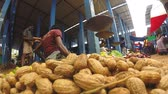 арахис : HIKKADUWA, SRI LANKA - MARCH 2014: View of peanuts and man sitting at the local market in Sri Lanka.